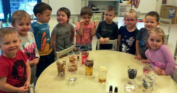 Bērni gatavo ledus skulptūras