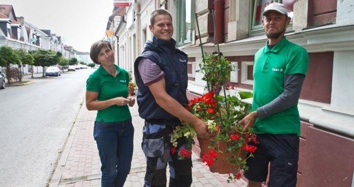 Pils iela uzzied rozēs un citās vasaras puķēs