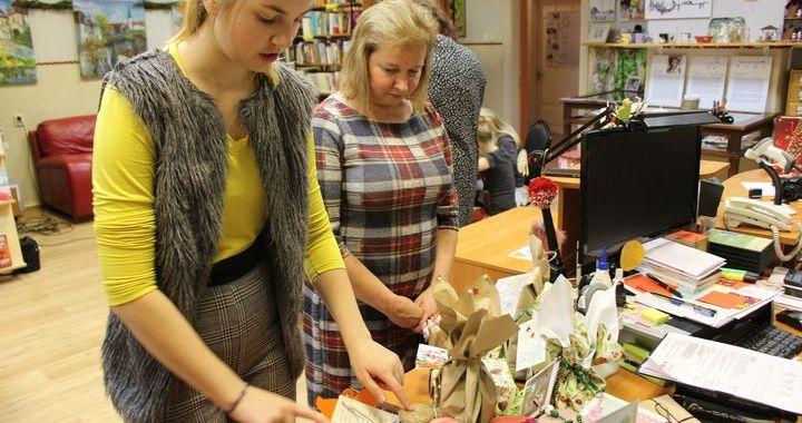 Jaunpils jaunieši gatavo dāvanas senioriem