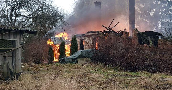 Jaunsātu pagastā nodeg māja