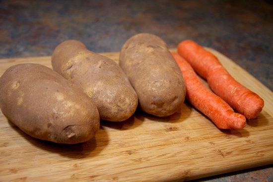 Taujā par skolēnu pārtikas paku saturu – vai pietiek ar burkānu, kartupeli?