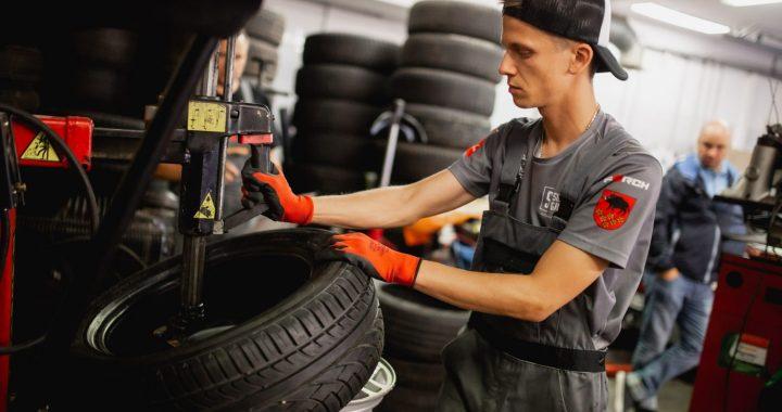 """Starptautiskā konkursa """"Young Car Mechanic"""" 2021. gada nacionālais fināls ir klāt"""