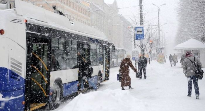 Iedzīvotāji atbalsta 'puteņa biļetes' autovadītājiem Rīgā stipras snigšanas laikā