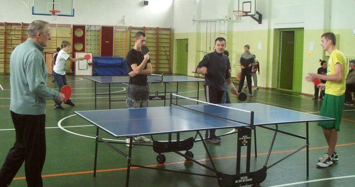 Noskaidroti Kandavas novada čempioni galda tenisā un šautriņu mešanā