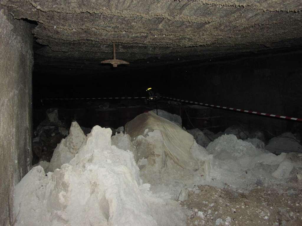 """Abbildung 3 (Photo: Stocamine): Lagerstollen im sogenannten """"Block 15""""von StocaMine. In der Folge des Brandes vom 10. September 2002 stürzte die Stollendecke ein. Gesteinsmaterial bedeckt nun die chemischen Abfälle in diesem Teil der Deponie."""