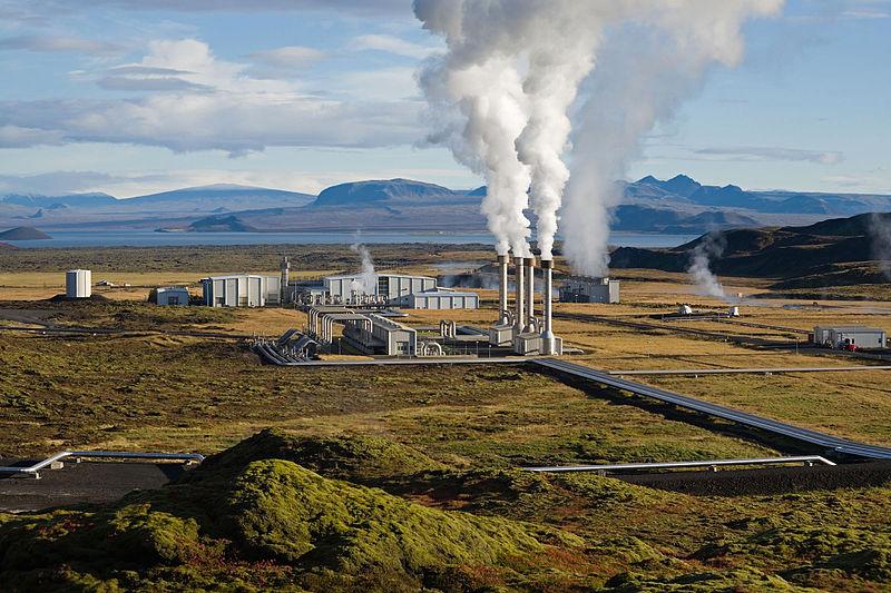 Geothermisches Wärmekraftwerk Nesjavellir in Island (Foto: Gretar Ivasson auf Wikipedia).