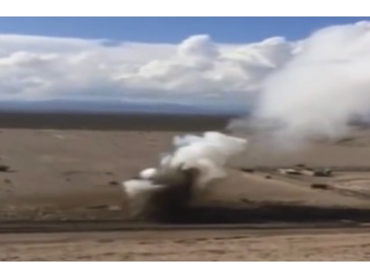 """Figur 1: Rauchwolken über der Deponie """"US Ecology Facility"""" für schwachaktive Abfälle bei Beatty in der Folge an die Explosionen vom 18. Oktober 2015, Bild aus einem Youtube-Film."""