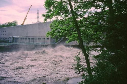 Abbildung 3: Spülung im Stausee von Verbois: Austrag des turbulenten, mit Sedimenten beladenen Wassers an der Staumauer.