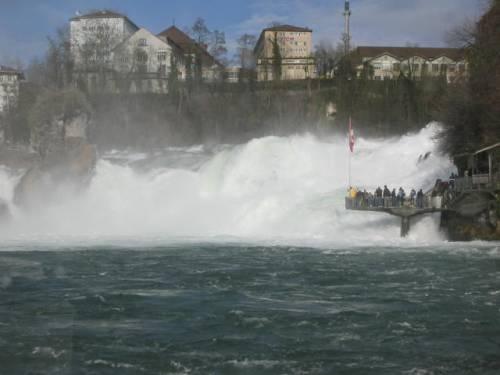 Figur 5: Am Rheinfall Neuhausen stürzt der Fluss über die massiven Malmkalke in die Tiefe.