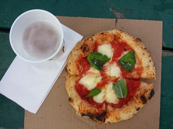 Pizza margherita de 900 & bière