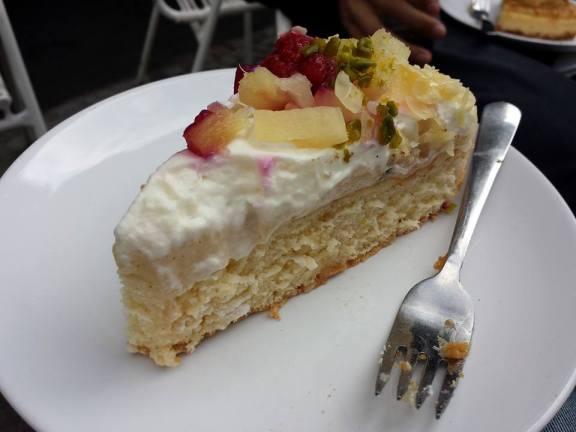 Gâteau blanc, chantilly et fruits frais