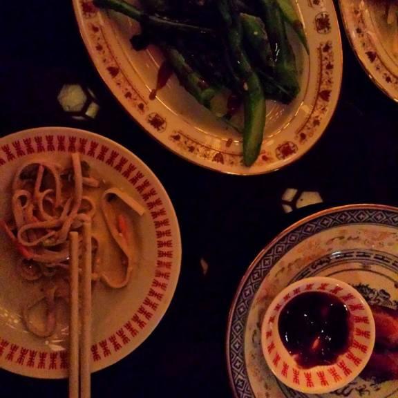 Nouilles de riz au sésame et poulet - Brocoli vapeur - Porc et aubergines