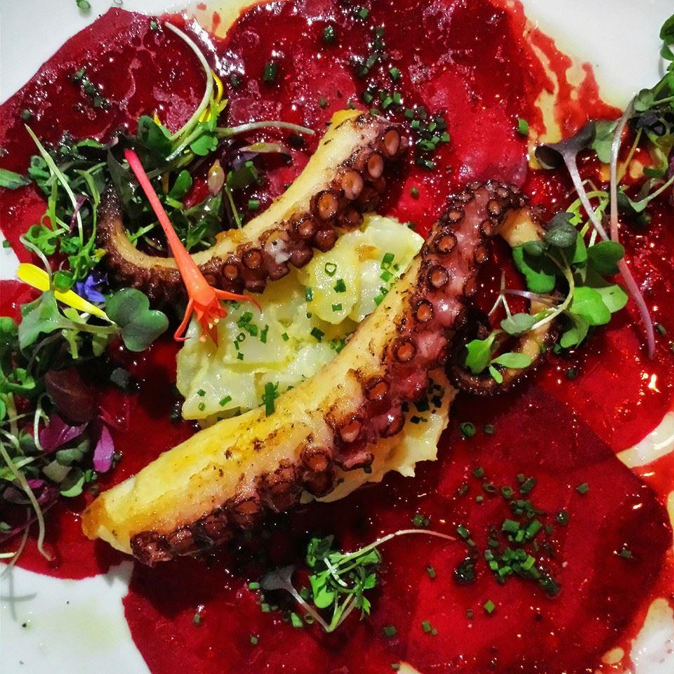 Carpaccio de bettraves, pieuvre rôtie et chou-feur