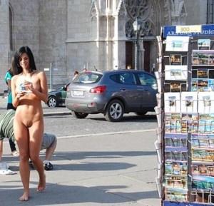 nuda in pubblico