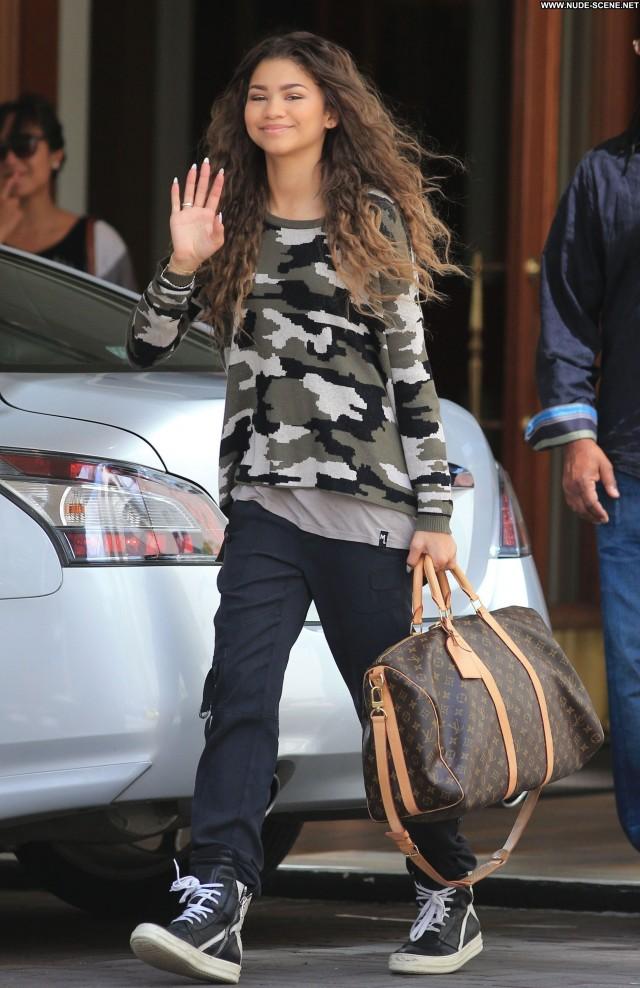Zendaya Posing Hot High Resolution Celebrity Candids Beautiful Babe