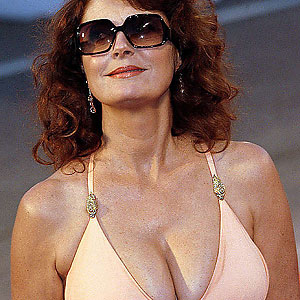 famous mom susan sarandon shows her cleavage