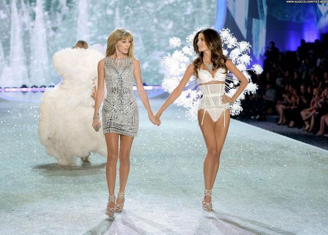 Lily Aldridge Fashion Show High Resolution Celebrity Posing Hot