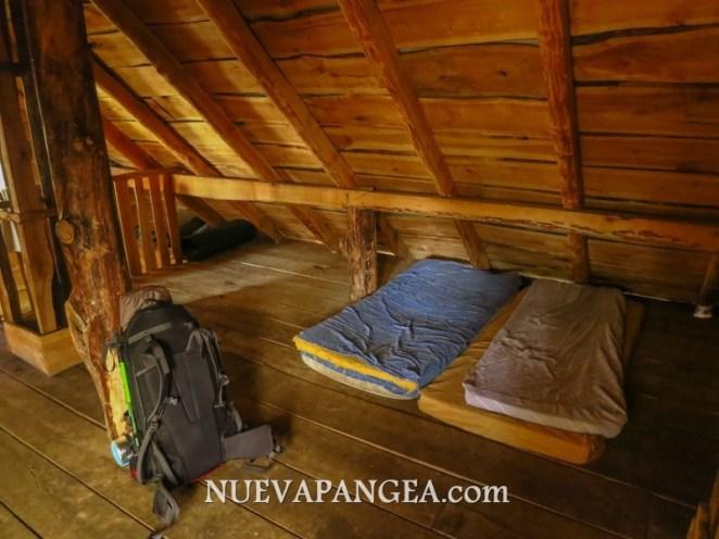 Se duerme en la parte superior del refugio, donde está más calentito gracias a la estufa a leña en el piso inferior