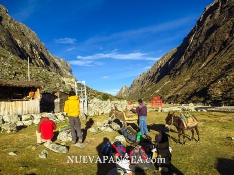 Alpinistas preparando el equipo