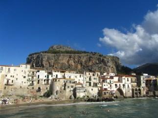"""Cefalú, Sicilia. De fondo, """"La Rocca"""""""
