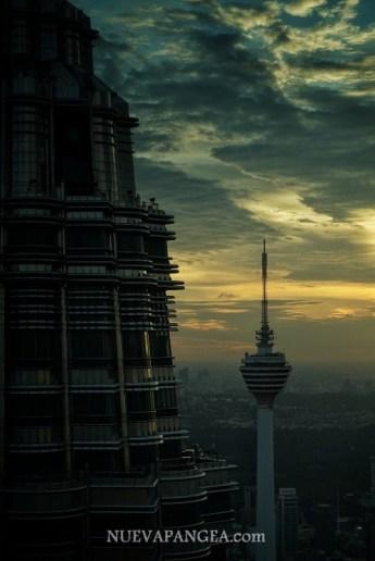 """Vista de la segunda torre con la """"KL Tower"""" de fondo."""