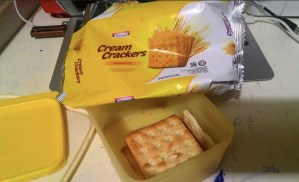 Indomaret Cream Crackers Biscuits : Flat Rasanya