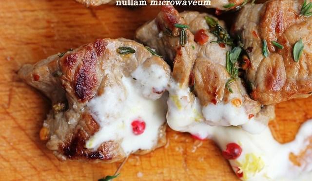Rozemarijnspiesjes van kruidig rundsvlees met mierikswortelcrème