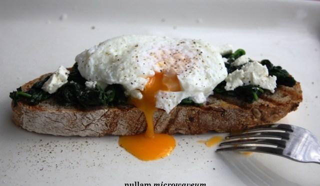 Gepocheerde eieren op een toast van spinazie en feta