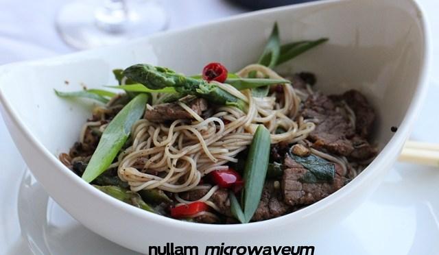 Wok van Szechuan beef, asperges en noedels
