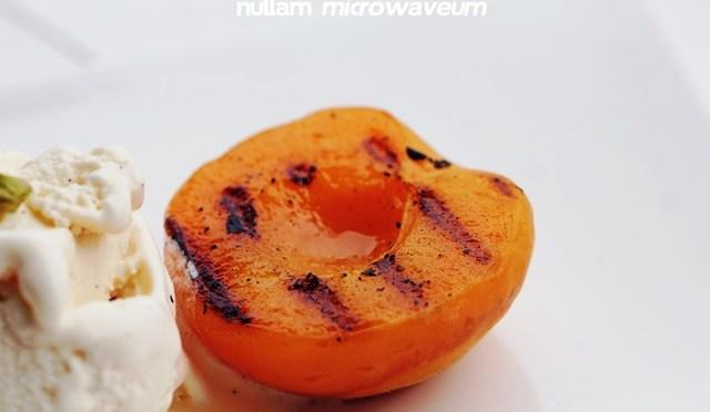 Gegrilde abrikozen met Ice Crime, ricotta en pistachenoten