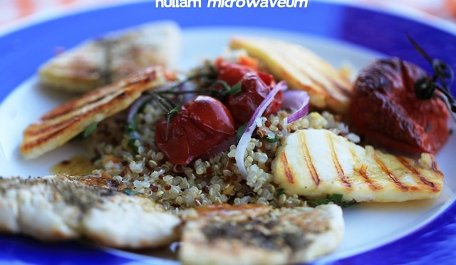 Slaatje van quinoa, snel geroosterde tomaten en gegrilde halloumi