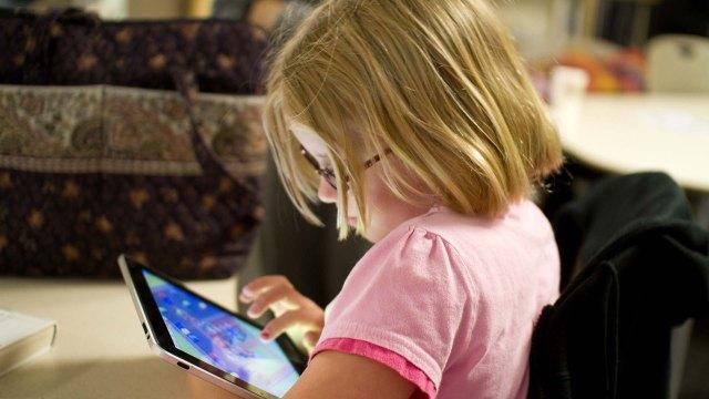 """Résultat de recherche d'images pour """"enfant absorbé devant le smartphone"""""""