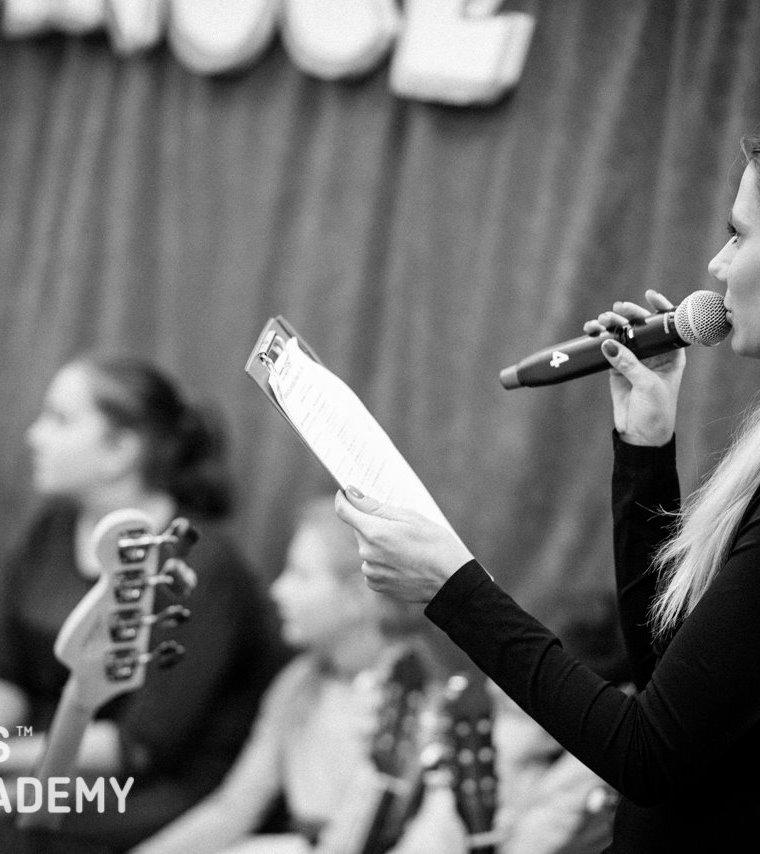 moderovanie moderátorkou Nicole v Ars Academy
