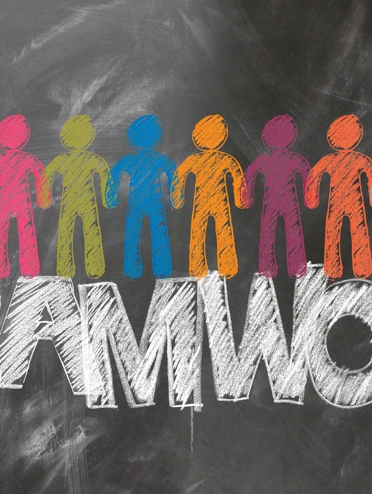 teamwork nápis a farebné postavičky na tabuli