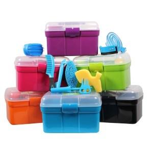 Lasten harjapakki, QHP Ihastuttava harjapakki perheen nuorimmille. Harjapakissa tarvittavat hevosten harjaamiseen. Pakkissa on läpinäkyvä kansi.