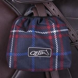 Jalustinpussi,QHP Kauniin väriset jalustinpussit suojaamaan satulaa naarmuilta ja lialta. Jalustinpussien sisävuori on fleece kangasta