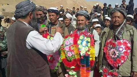 طالبان تسلیم شوي عسکرو ته د ښه راغلاست په خاطر د هغوی په غاړه کې ګلان اچوي