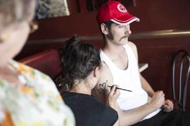 portrait Nunsu ouvrier IV maquillage tatouage au bar l'Entrepotes à Reims dans le clip Pôle Emploi du rappeur français Nunsuko