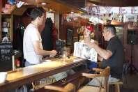 portrait groupé réalisateur Nunsu ouvrier et Nunsu client du bar l'Entrepotes à Reims dans le clip Pôle Emploi du rappeur français Nunsuko