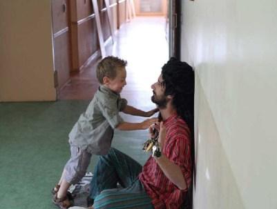 portrait Nunsu éduc avec enfant au foyer Le Téo à Avenay Val d'Or dans le clip Pôle Emploi du rappeur français Nunsuko