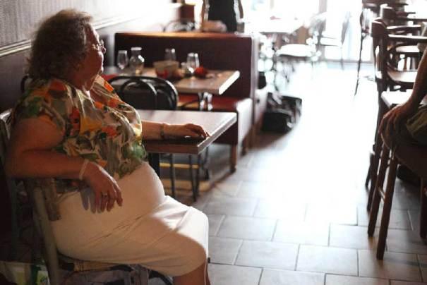 Nunsu patronne du bar restaurant l'Entrepotes à Reims dans le clip Pôle Emploi du rappeur français Nunsuko