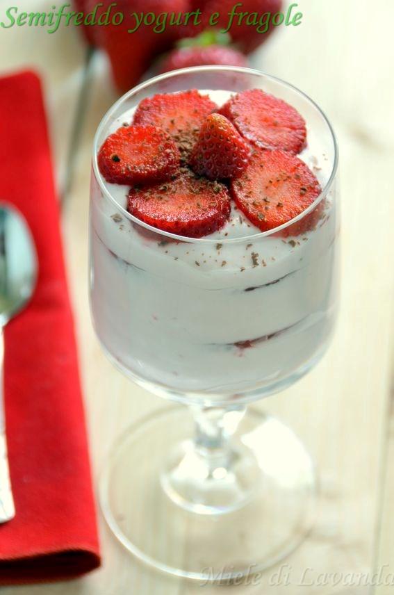 Semifreddo allo yogurt e fragole