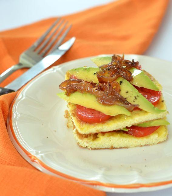 Frittata con avocado e pomodori con marmellata di cipolla