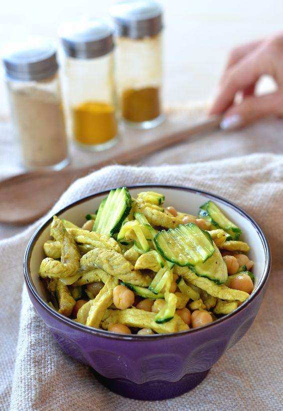 Straccetti di pollo profumato al curry con ceci e zucchine