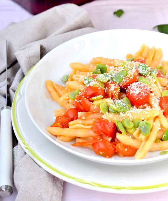 Pasta corta con fave fresche pomodorino e cacioricotta