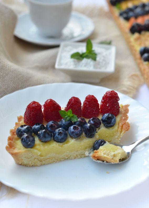 Crostata con crema pasticcera frutta fresca e nocciole