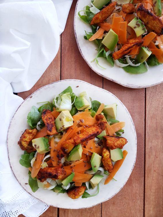 Insalata di petto di pollo con avocado paprika e semi di lino