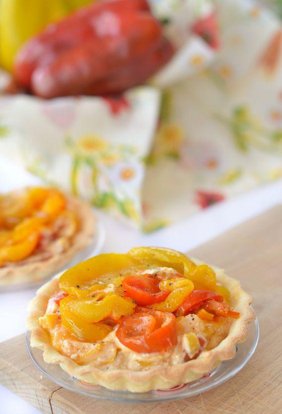 Crostatine di pasta brisè con crema di peperoni e ricotta