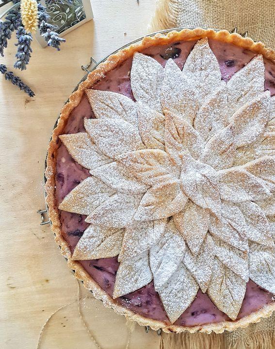Crostata integrale decorata con ricotta e confettura di prugne