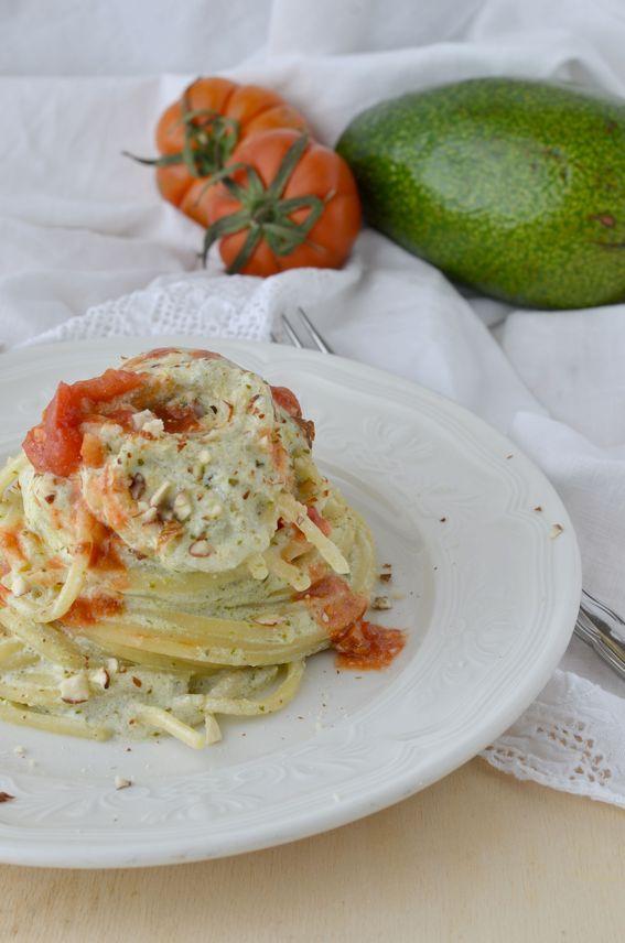 Spaghetti con crema di ricotta avocado e mandorle croccanti.